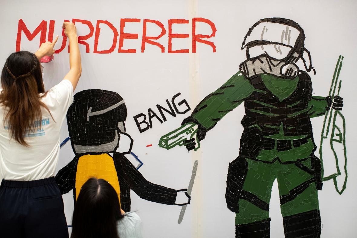 Malba, kterou demonstranti upozorňují na zákrok policie, při kterém byl jeden z protestujících vážně zraněn