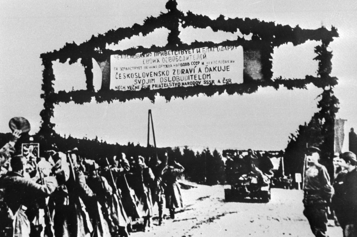 Vojáci překračují československou hranici