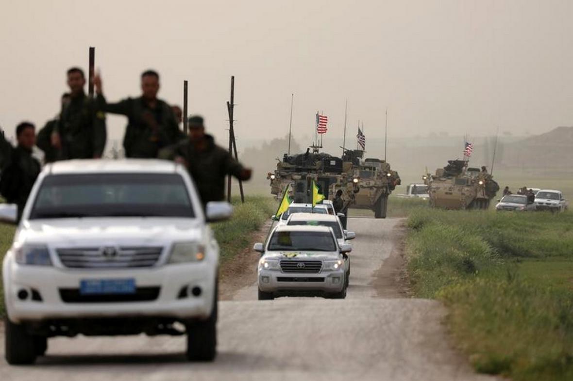 Kurdští bojovníci v Sýrii v čele amerického konvoje