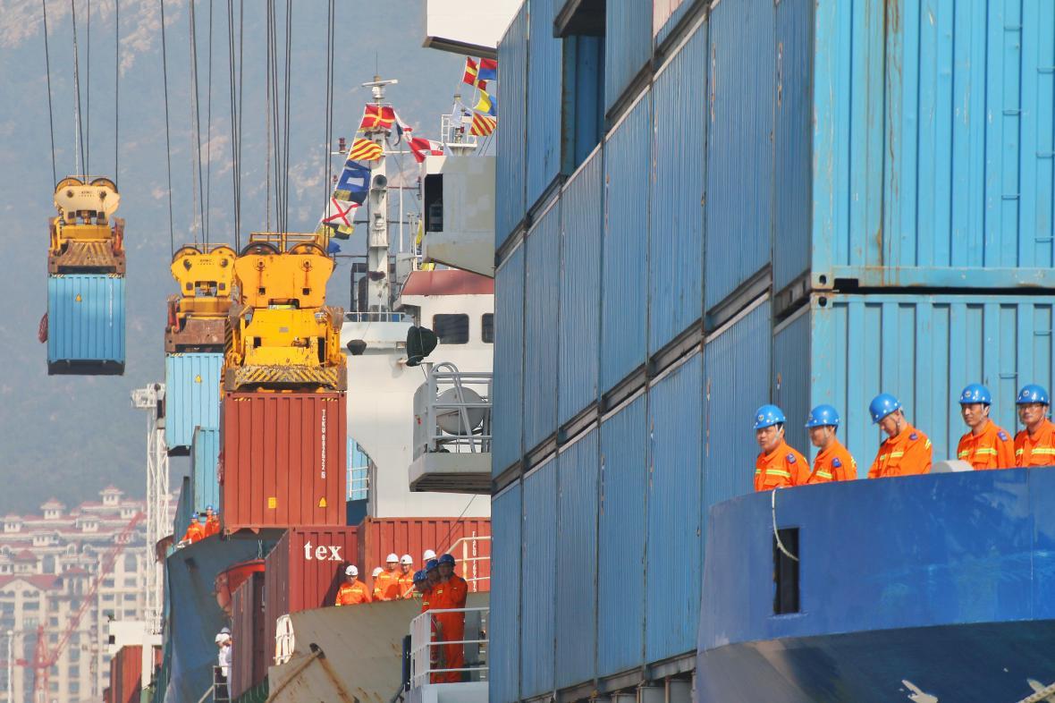 Nakládání kontejnerů v čínském přístavu ve městě Jen-tchaj