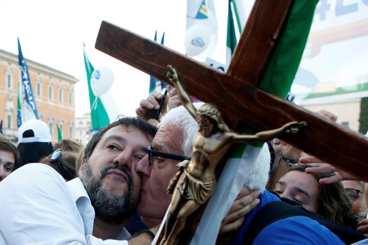 Matteo Salvini s fanouškem na demonstraci v Římě