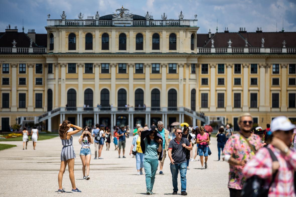 Turisté před vídeňským palácem Schönbrunn