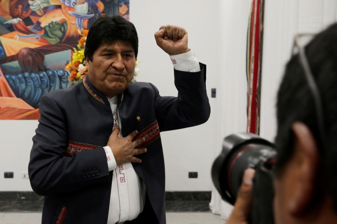 Evo Morales oslavující vítězství