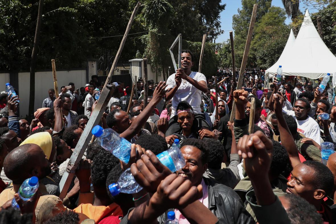 Demonstranti před domem novináře Mohammeda