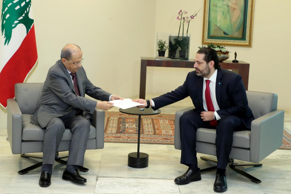 Premiér Harírí (vpravo) předává prezidentovi Aúnovi rezignaci