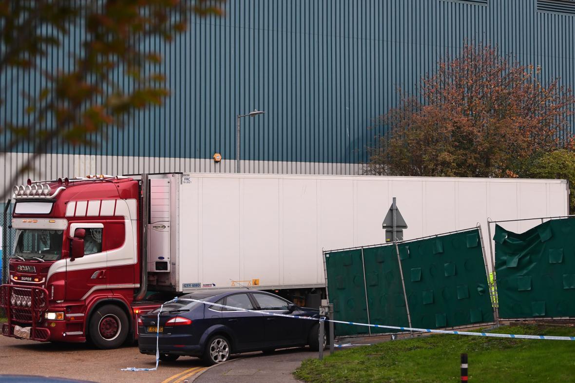 Kamion, v němž se našla těla desítek migrantů
