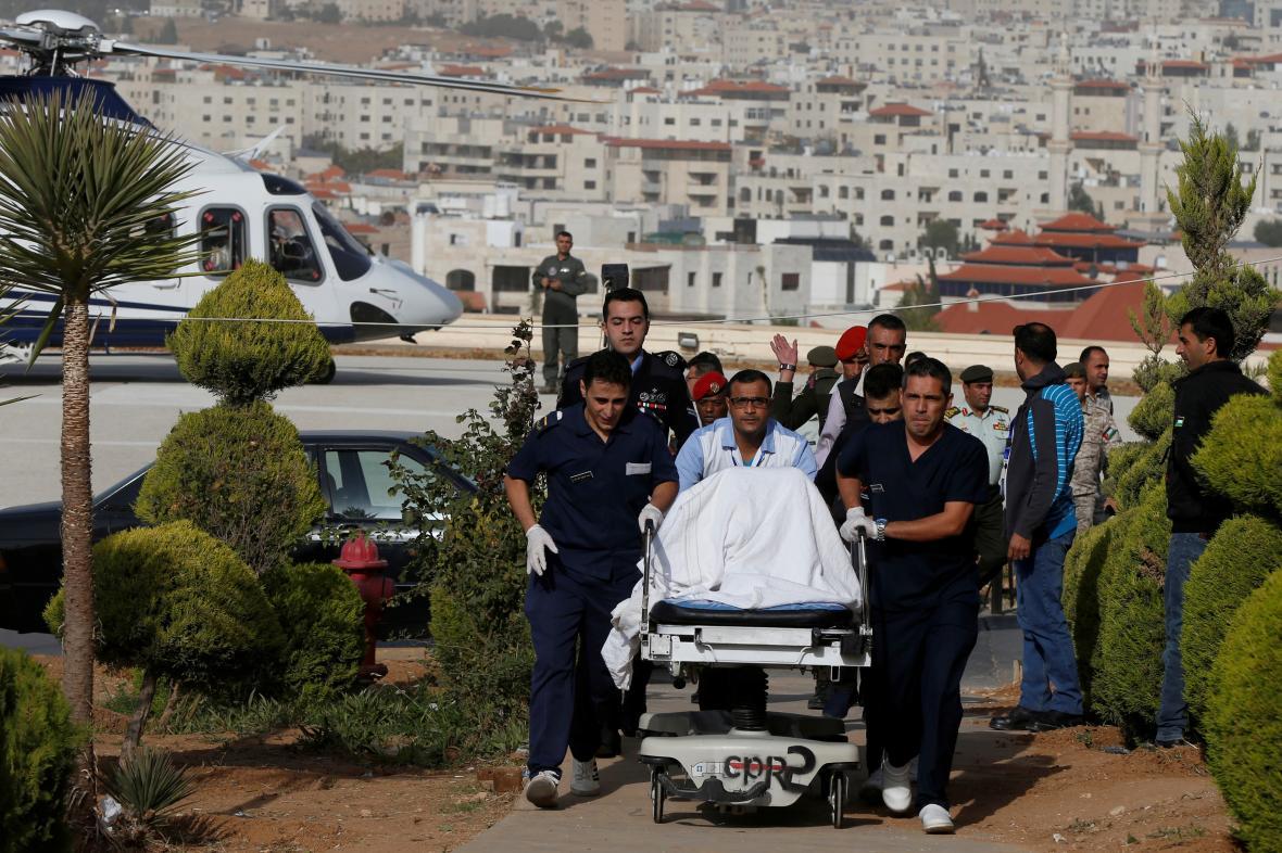 Převoz zraněných turistek do jordánské nemocnice