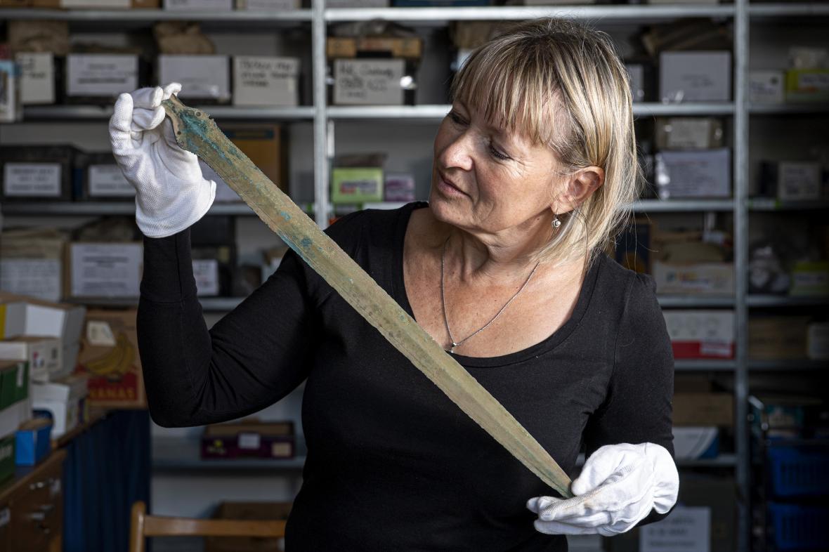 Archeoložka Martina Beková s nalezeným bronzovým mečem