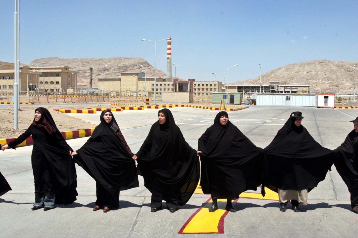 Řetěz íránských žen na podporu jaderného programu před zařízením v Isfahánu