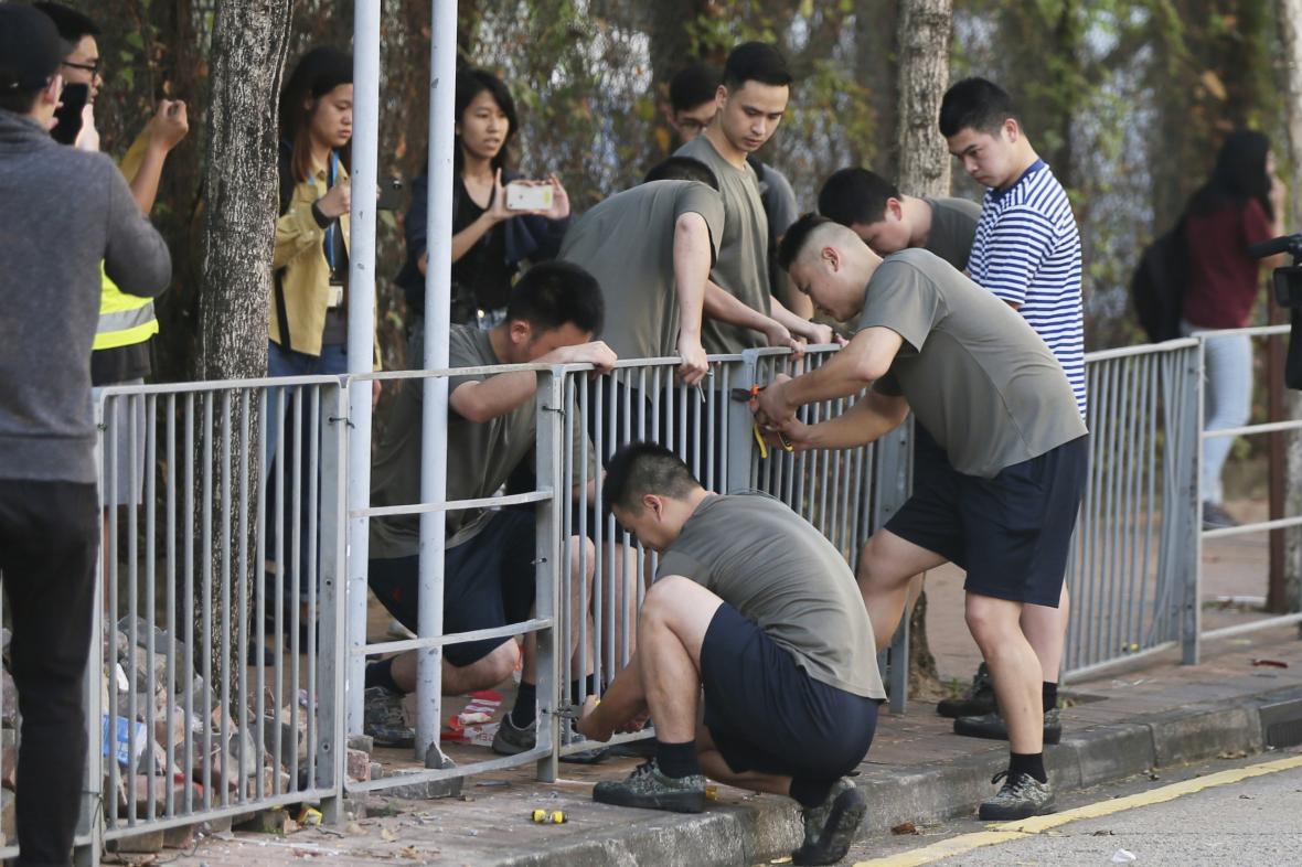 Čínští vojáci se podílejí na rozmontování barikád v Hongkongu