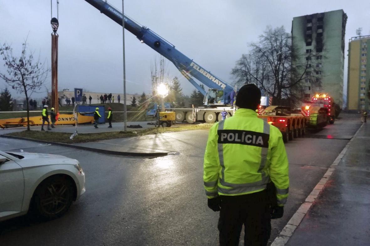 Český jeřáb při práci na demolici domu v Prešově