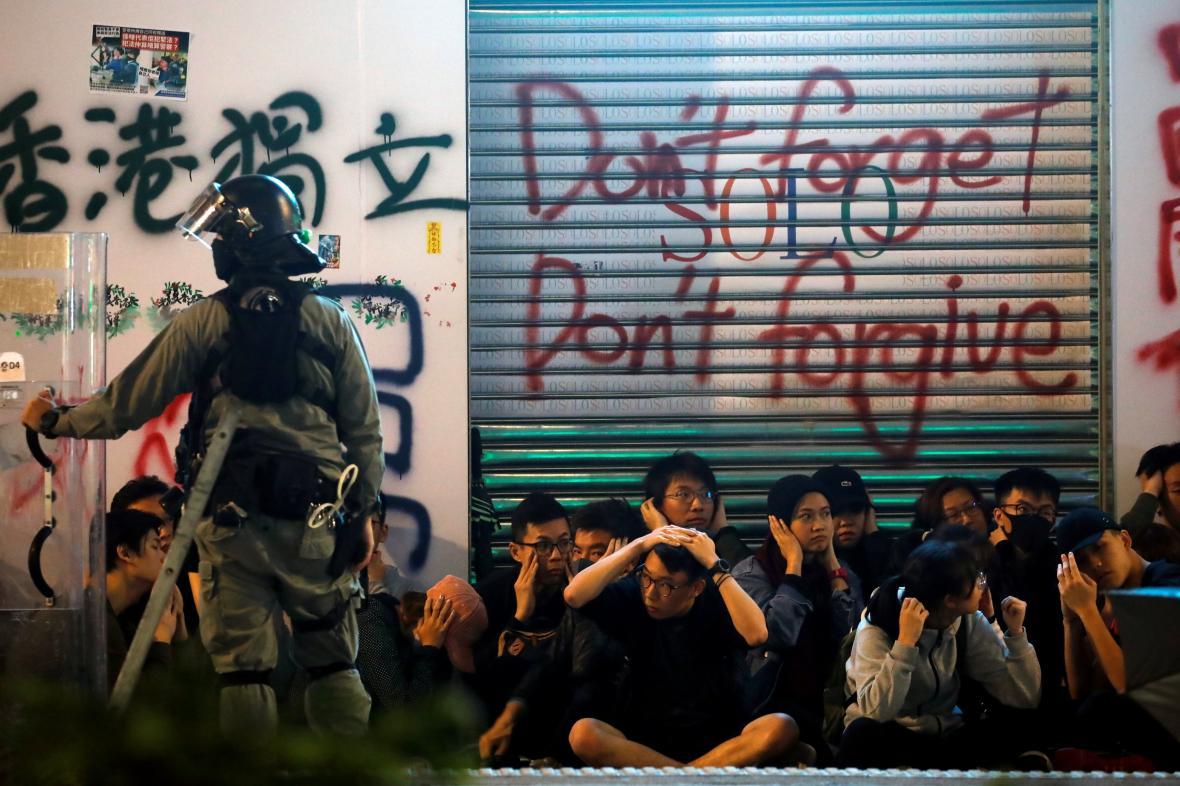 Demonstranti zadržení při novoročním protestu v Hongkongu