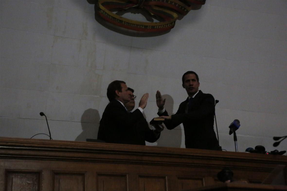 Guaidó skládá v potemnělém parlamentu přísahu