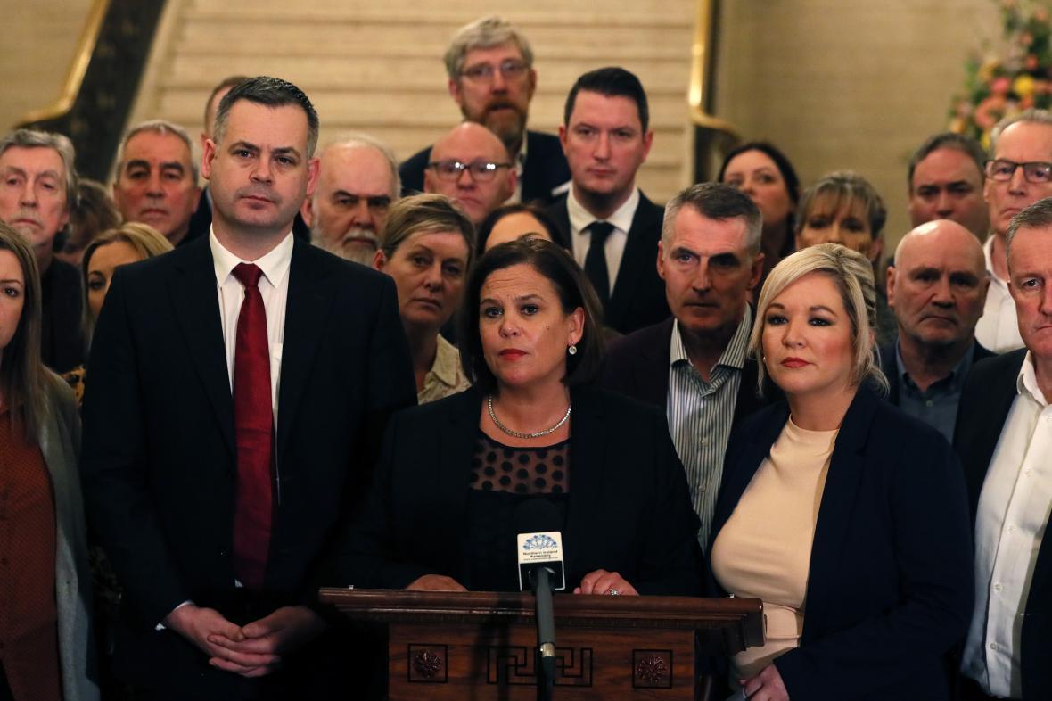 Vedení Sinn Féin, uprostřed šéfka strany Mary Lou McDonaldová