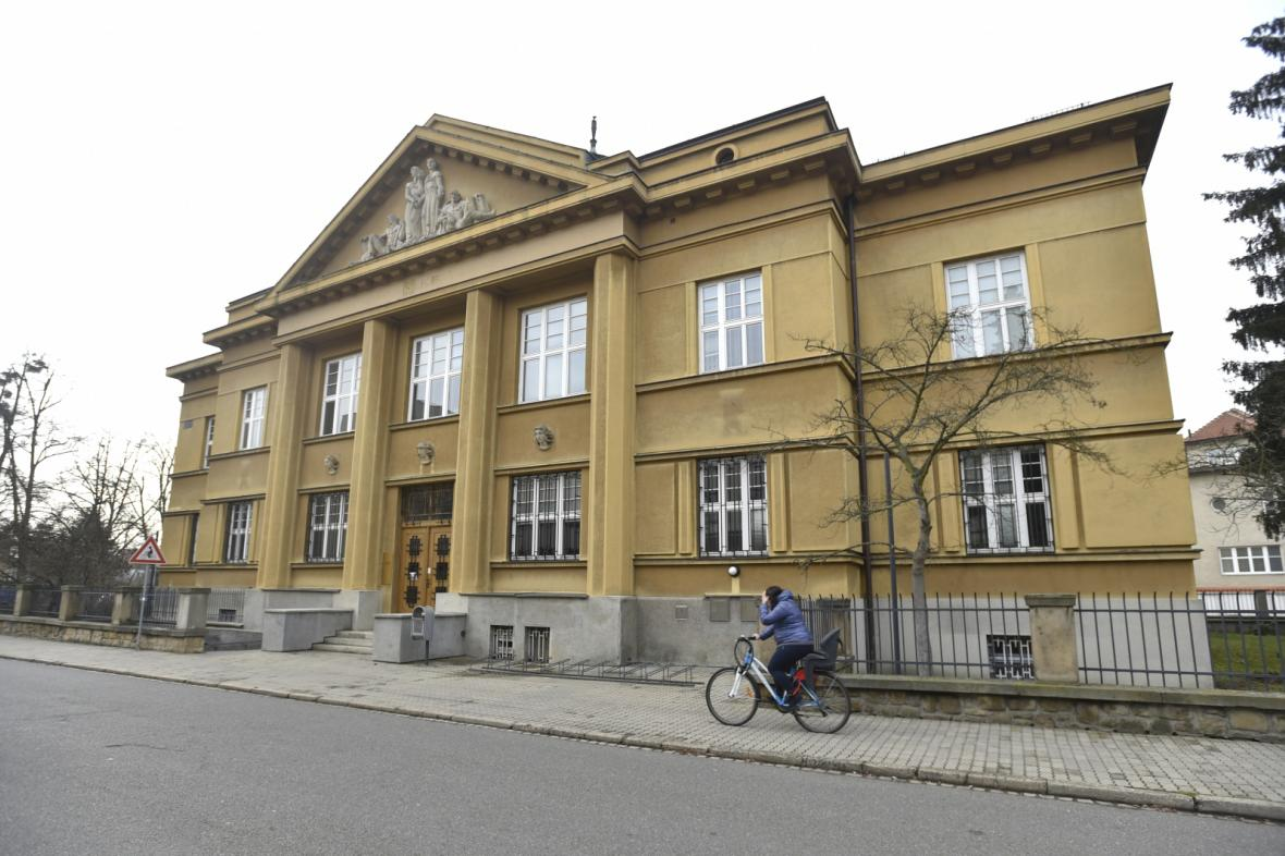 O budovu bývalé banky stojí zastupitelé Uherského Hradiště