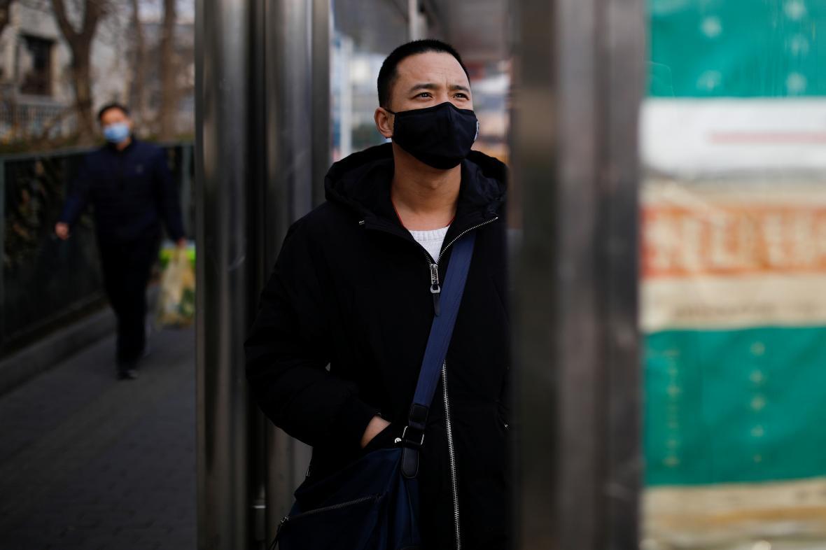 Před nákazou se lidé v Číně chrání rouškami