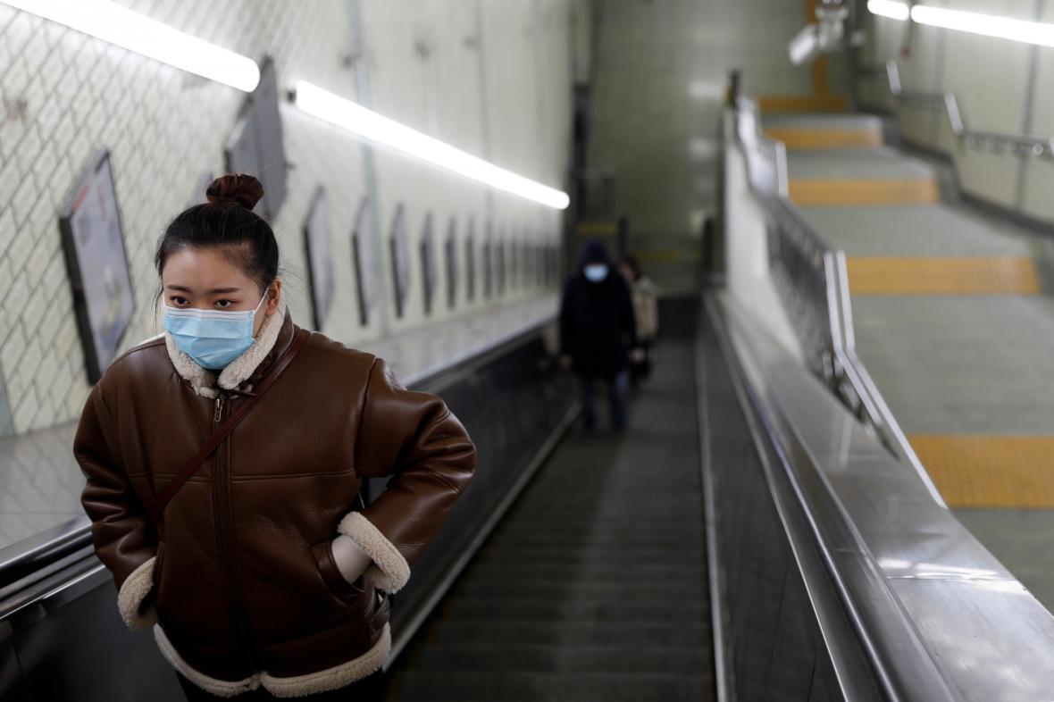 Lidé s ochrannými maskami v pekingském metru