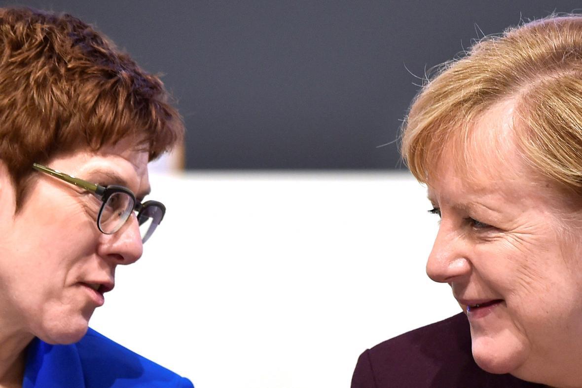 Annegret Krampová-Karrenbauerová a Angela Merkelová
