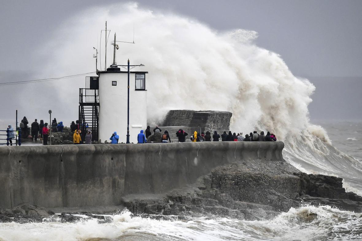 Bouře Dennis na Britských ostrovech