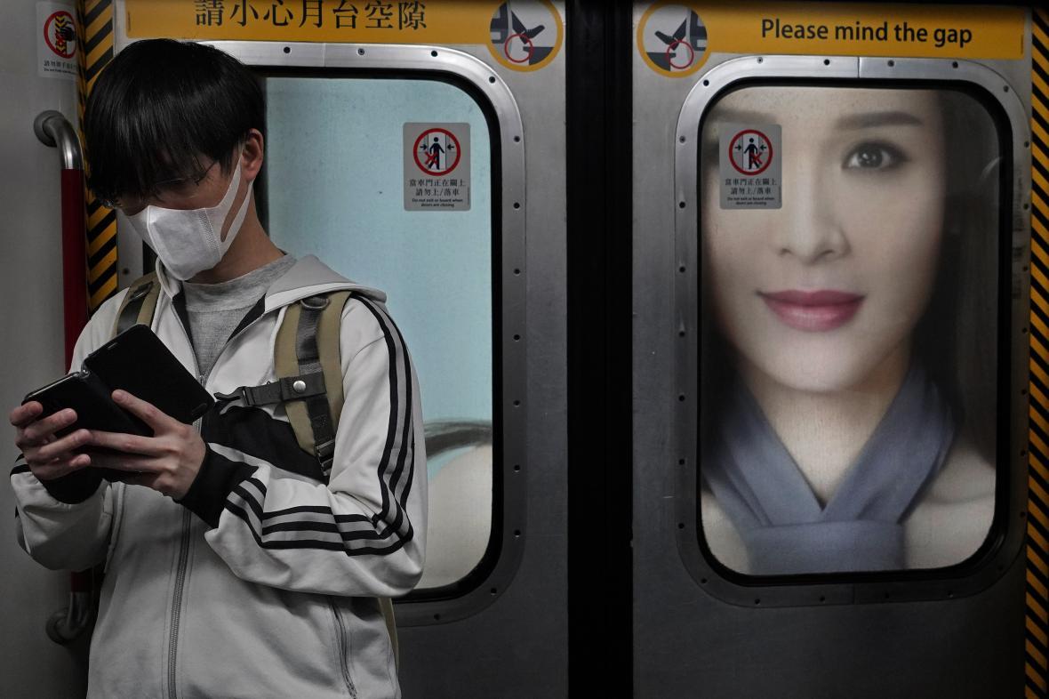 Obyvatel Hongkongu v tamním metru