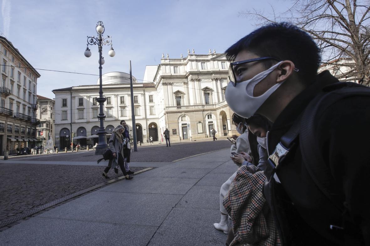 Lidé s rouškami v italském Miláně