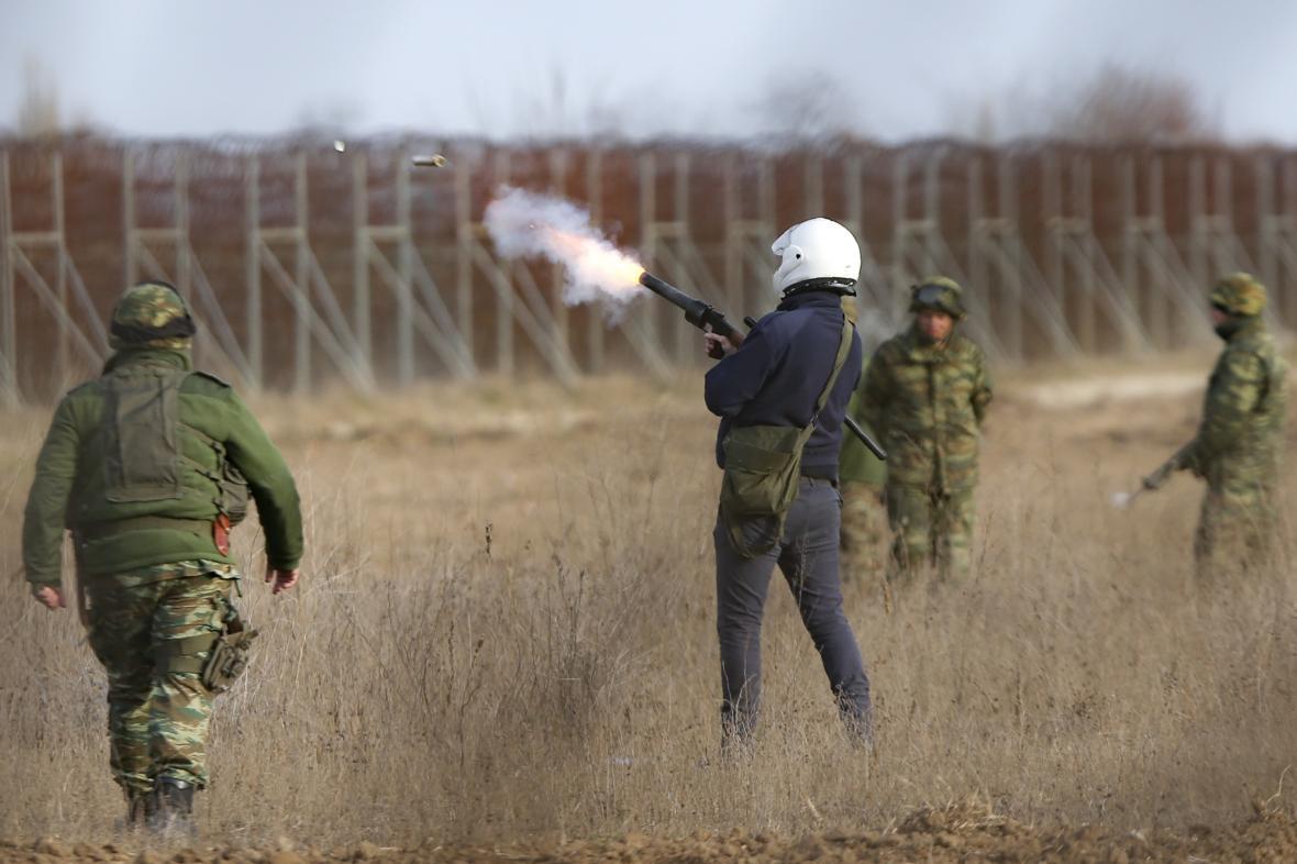 Řečtí vojáci zasahují proti migrantům slzným plynem