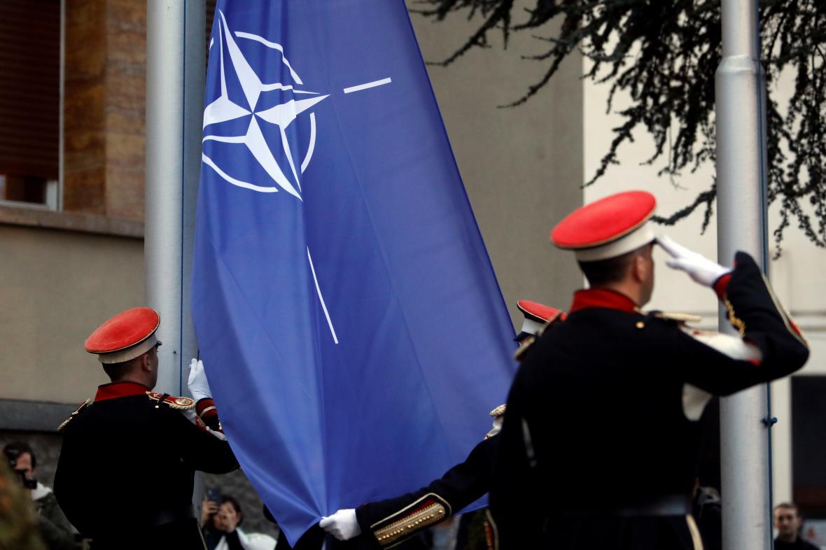Instalace vlajky NATO před severomakedonským parlamentem
