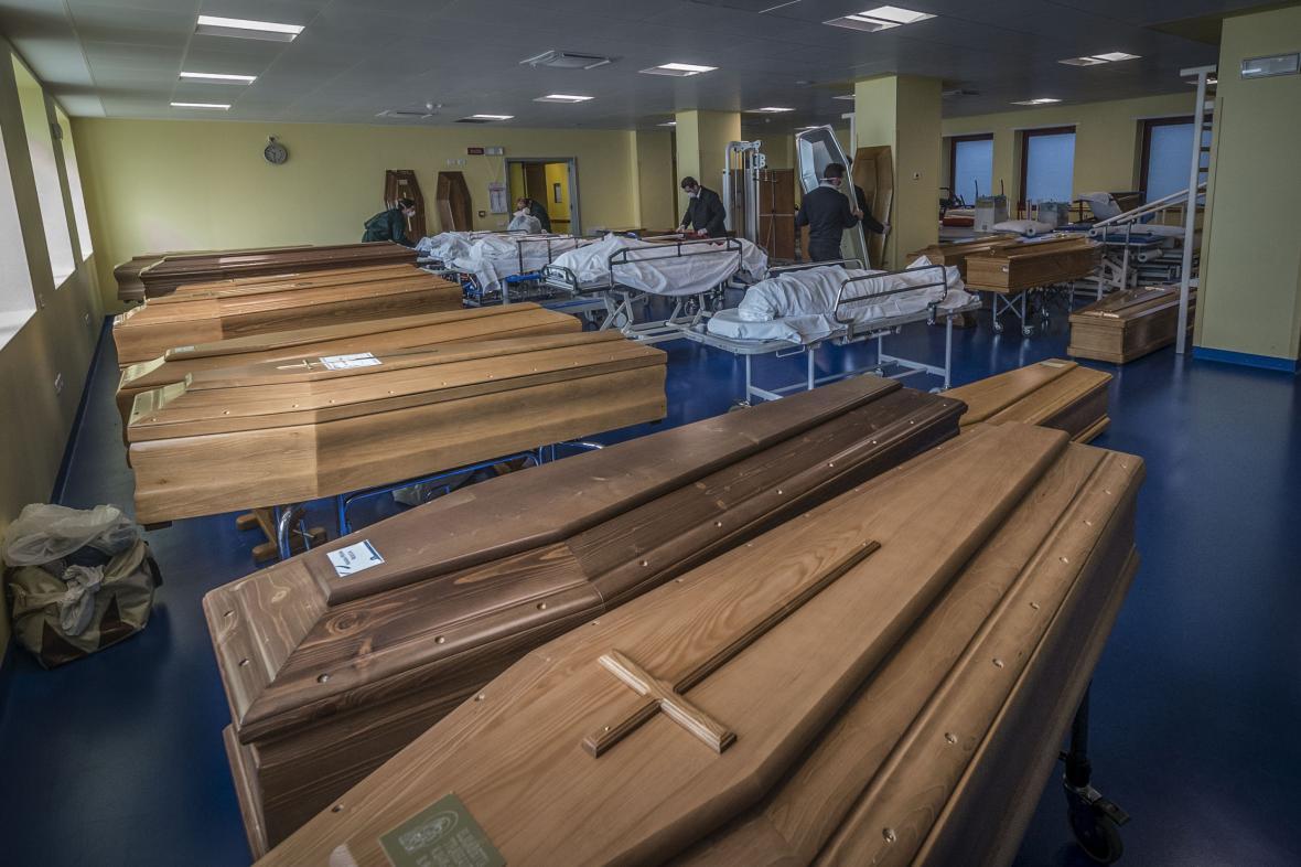 Hromadící se rakve v nemocnici Ponte San Pietro