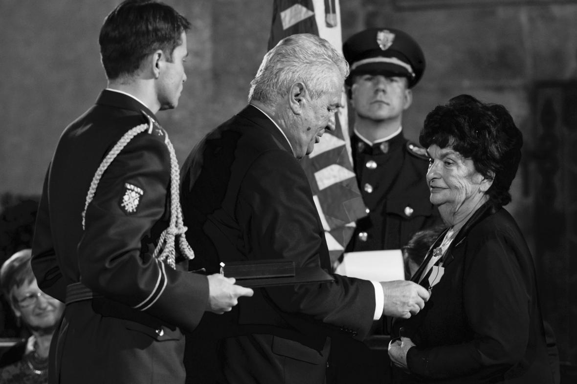 Danuše Táborská při přebírání medaile Za zásluhy od prezidenta Miloše Zemana v roce 2015