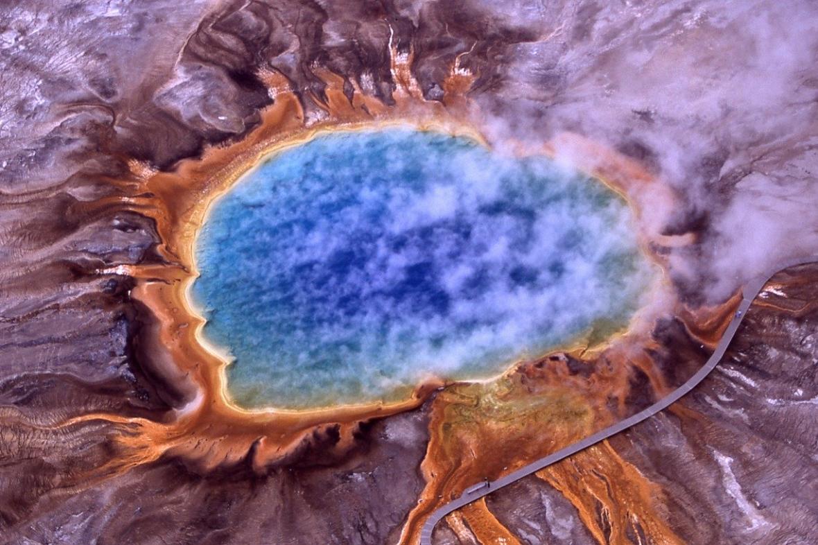 Termální jezírko v Yellowstonu