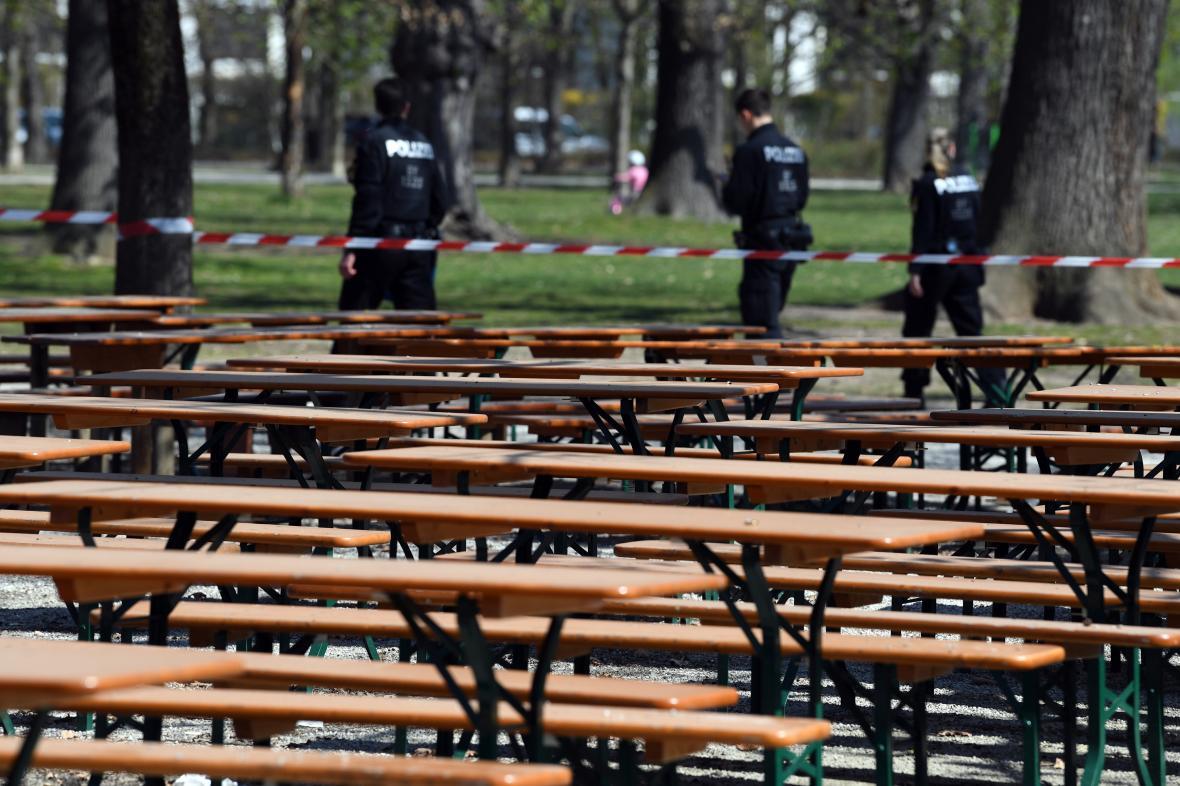 Policejní hlídka u zavřené restaurační zahrádky v Mnichově