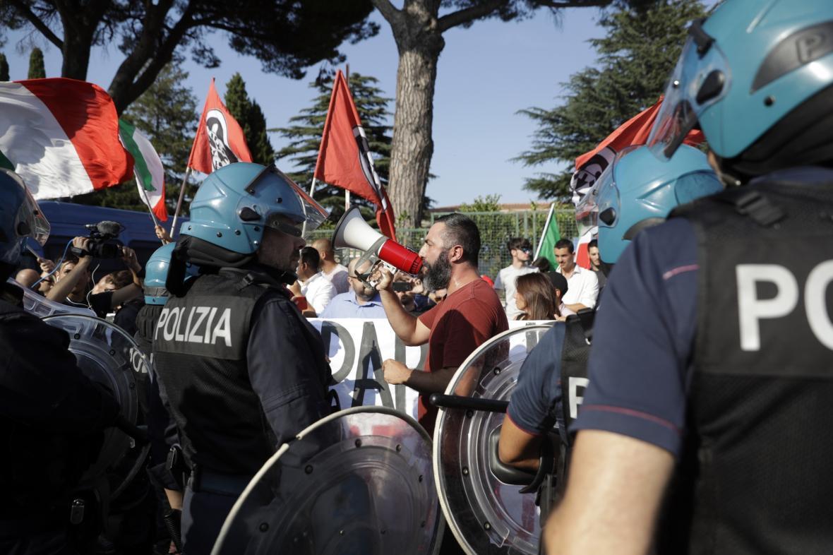 Neofašisté ze skupiny CasaPound během protiimigrační demonstrace v létě 2018