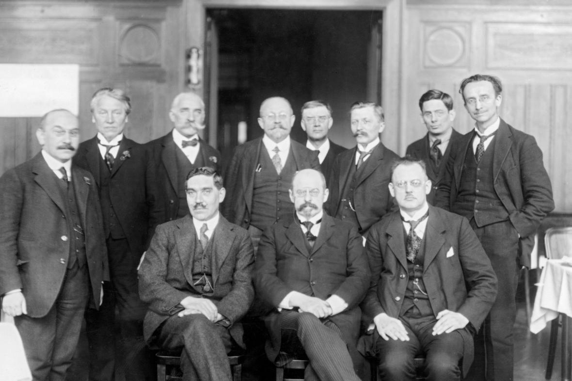 Vlastimil Tusar (nahoře třetí zprava) se členy Československé sociálně demokratické strany dělnické na sjezdu v roce 1922