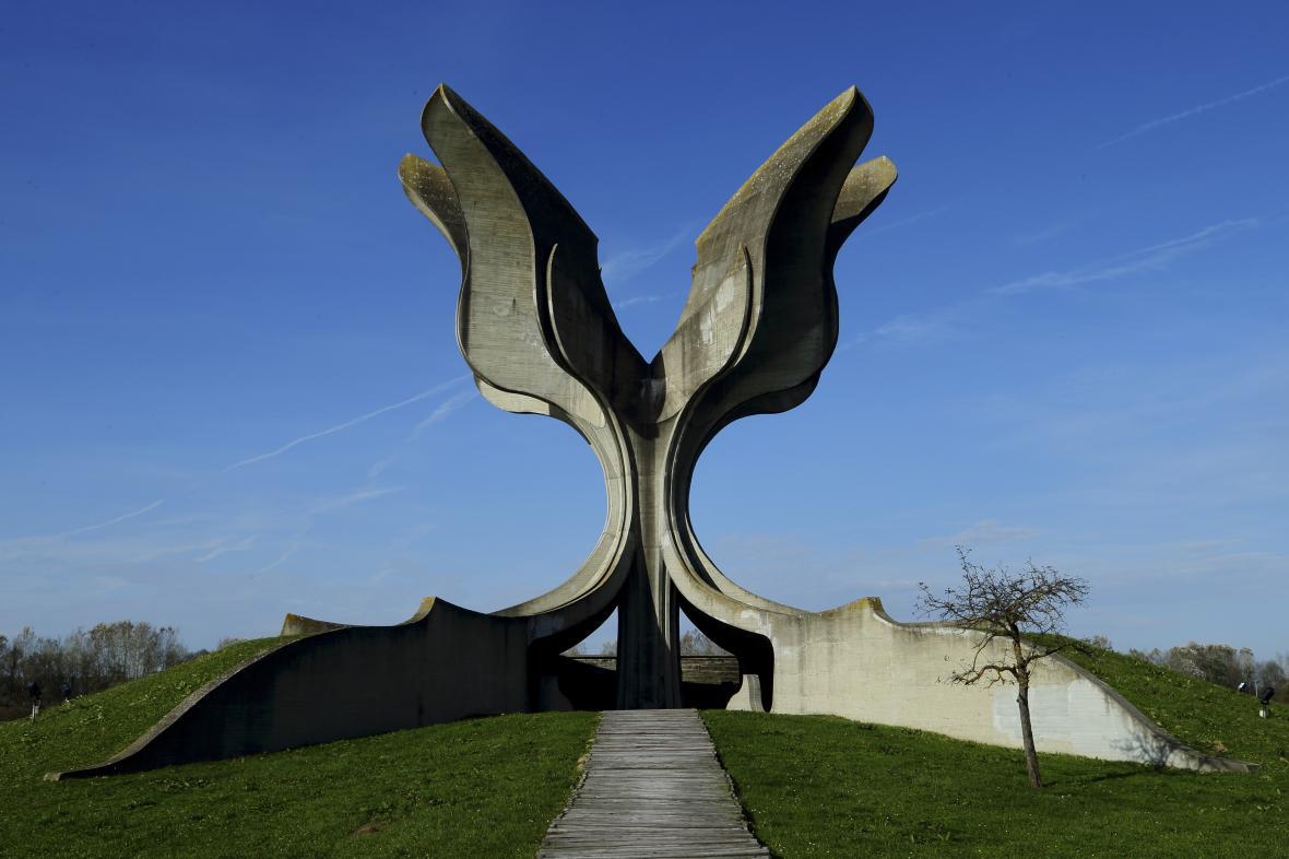 Pomník obětem na místě bývalého koncentračního tábora Jasenovac