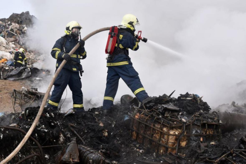 Hasiči zasahují u požáru skládky komunálního odpadu u Vintířova na Sokolovsku.