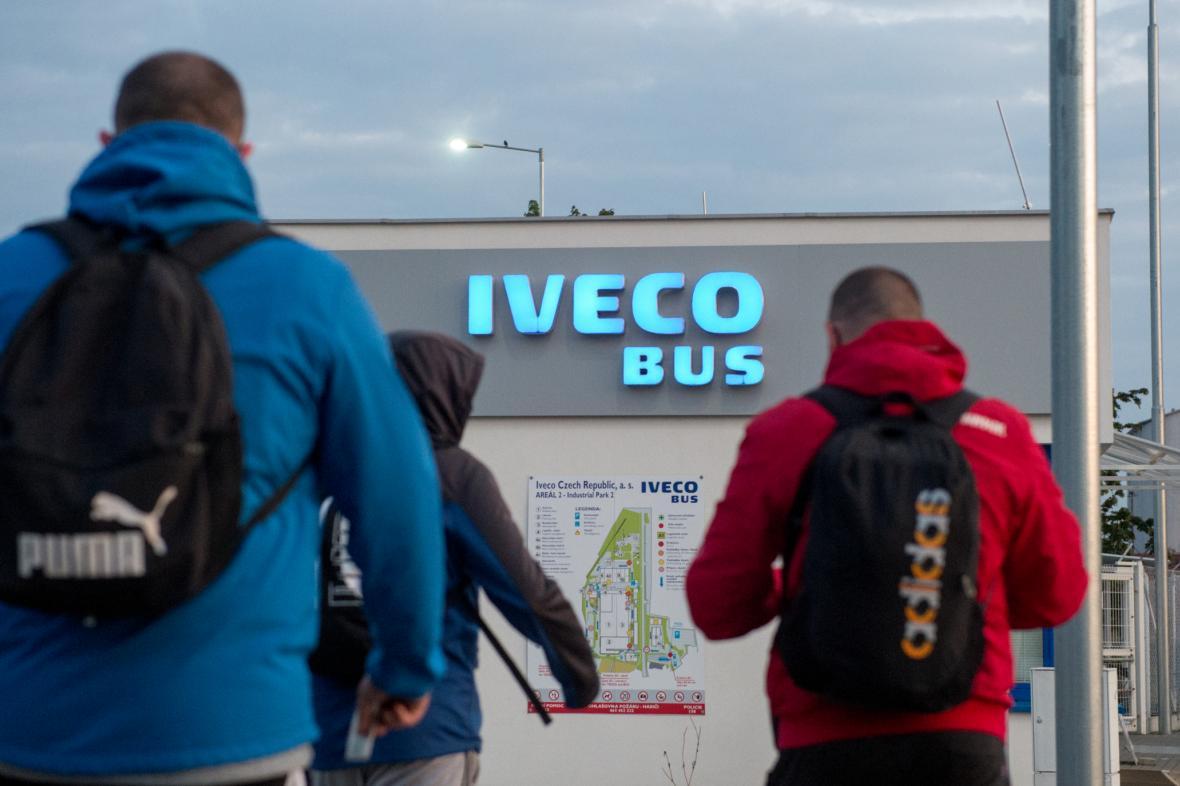 Pracovníci přicházejí na ranní směnu do továrny Iveco, výrobce autobusů obnovil výrobu