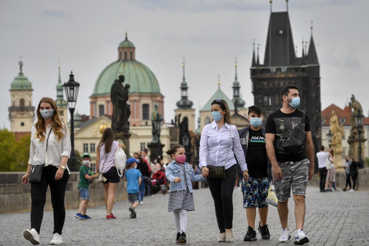 Lidé v rouškách na pražském Karlově mostě