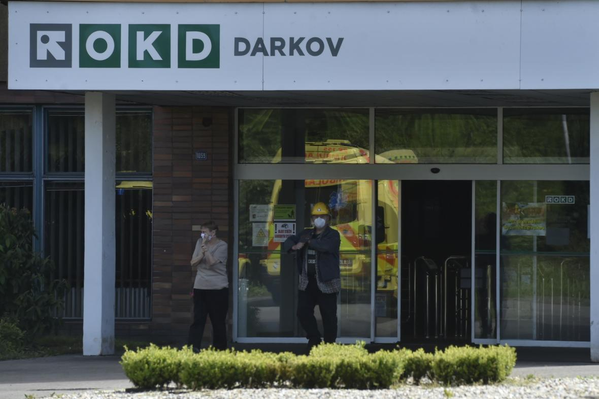 Zaměstnanci Dolu Darkov musí o práce s rouškou