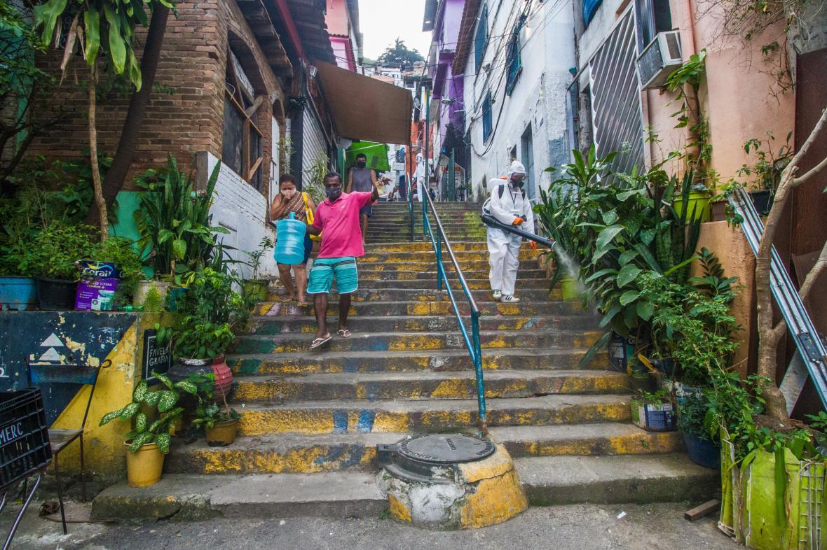 Dezinfekce v slumu v městské čtvrti města Rio de Janeiro