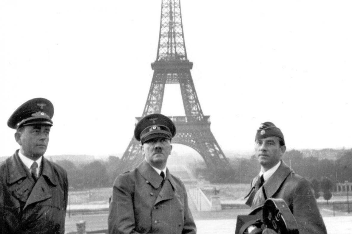 Adolf Hitler (uprostřed) pózuje před Eiffelovou věží v Paříži v červnu 1940