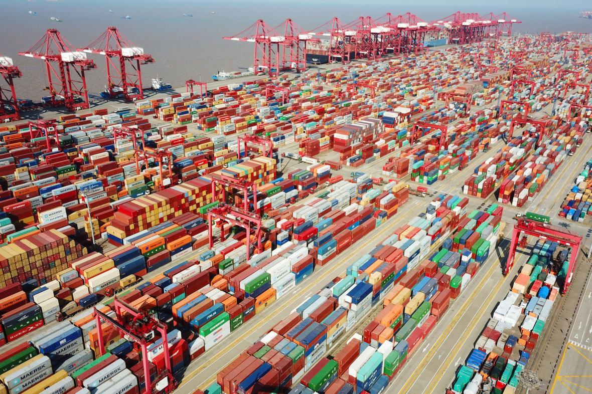 Kontejnery v šanghajském přístavu