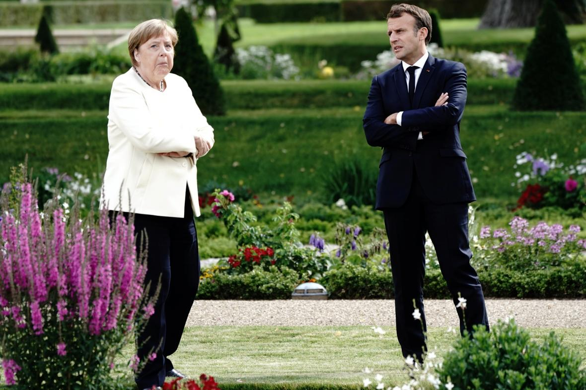 Angela Merkelová a Emmanuel Macron během sekání na zámku Meseberg