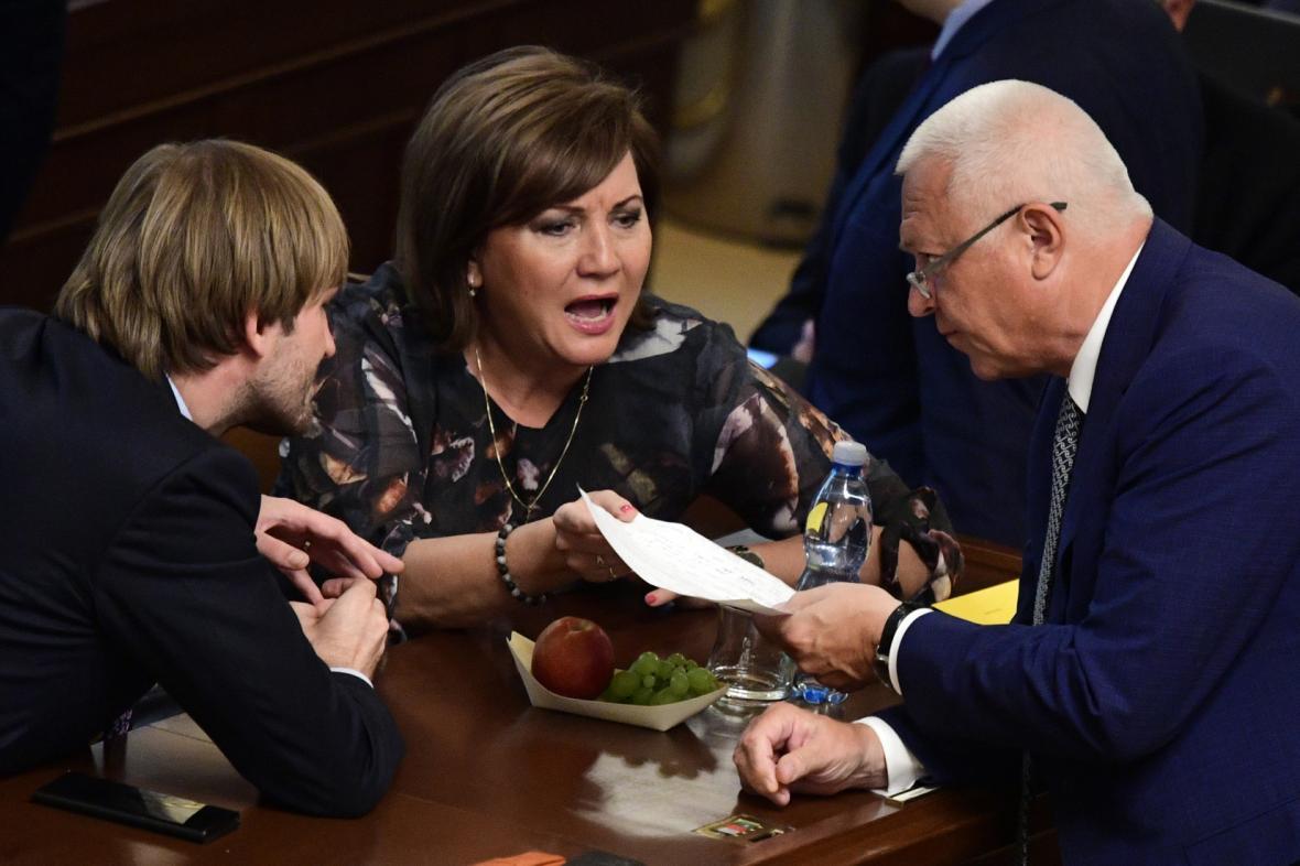 Adam Vojtěch, Alena Schillerová a Jaroslav Faltýnek ve sněmovně