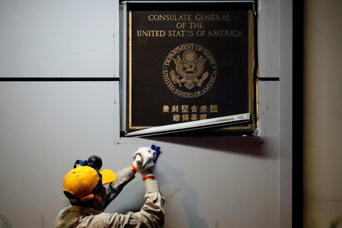 Plaketa na konzulátu byla odstraněna