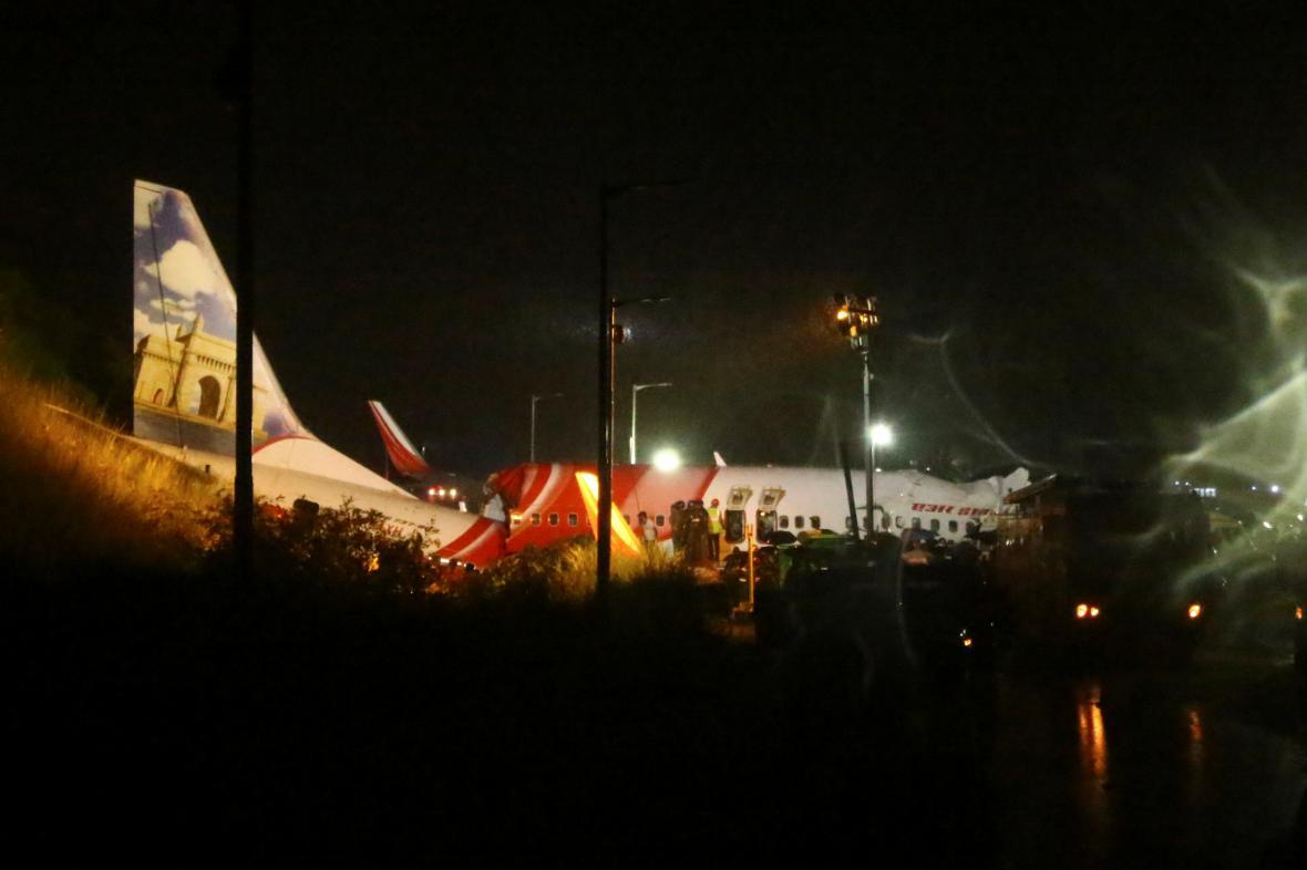 Letadlo společnosti Air India po nehodě na letišti Kalikut