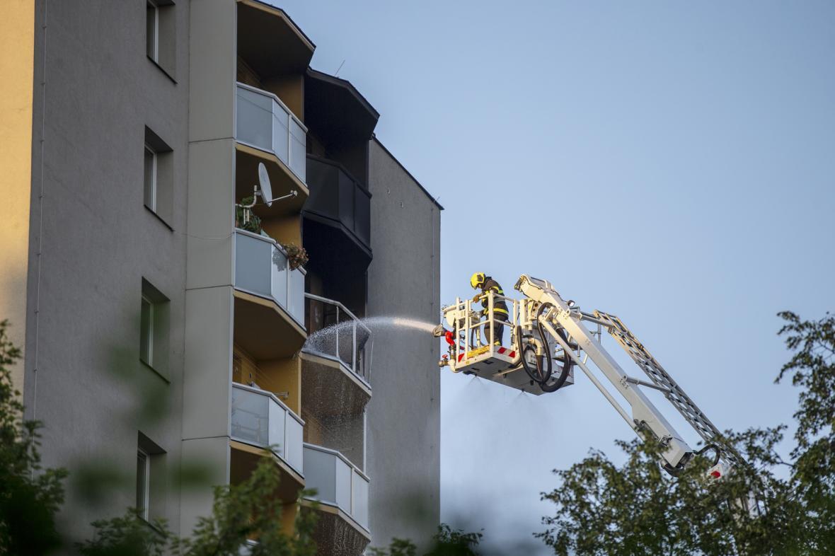 Hasiči hasí vzniklý požár v panelovém domě v Bohumíně