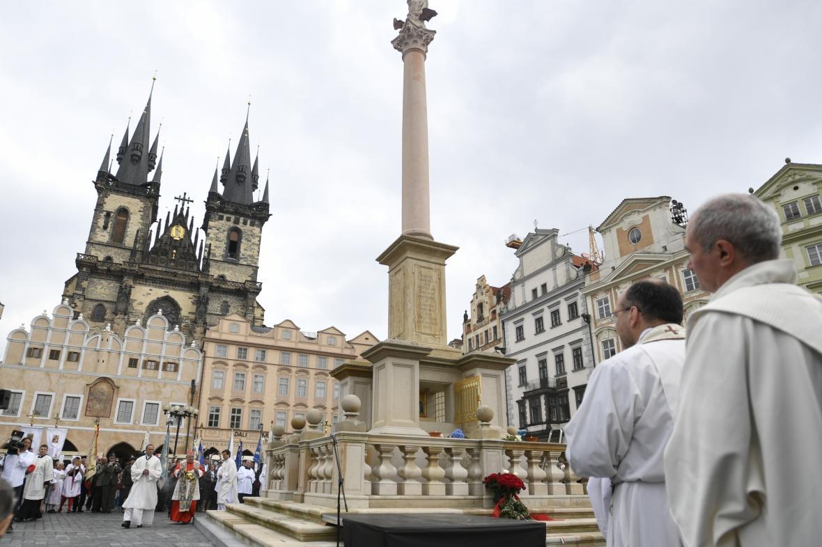 Pražský arcibiskup Dominik Duka požehnal na Staroměstském náměstí Mariánský sloup