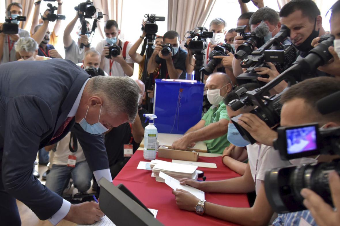 Prezident Černé Hory Milo Djukanovič ve volební místnosti