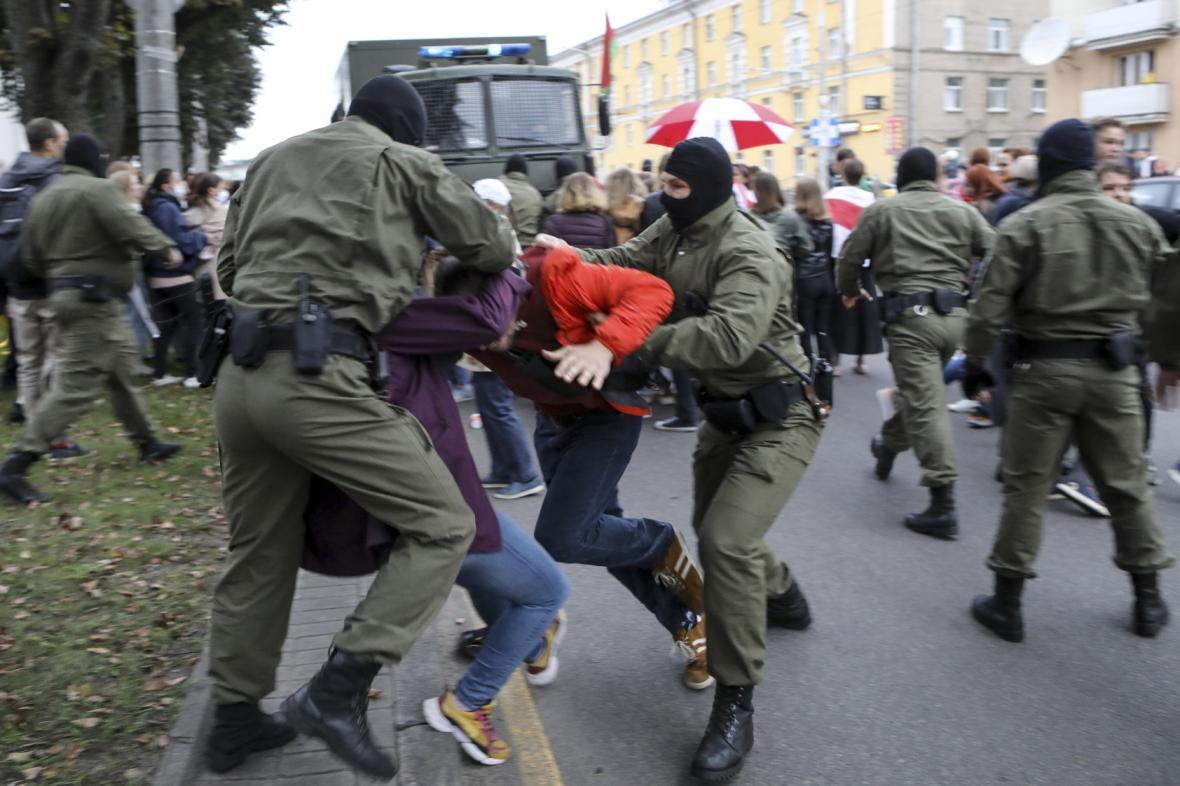 Maskovaná policie v Minsku zasáhla proti demonstrantům