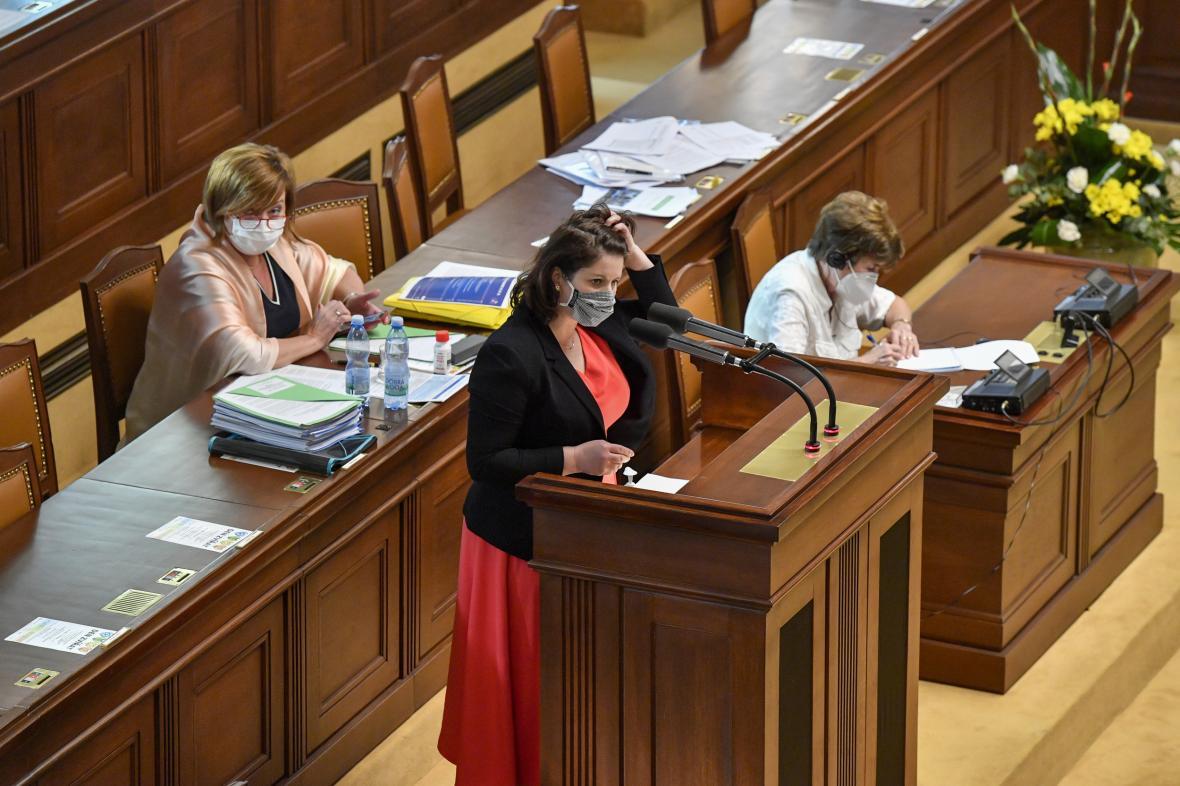 Ministryně práce a sociálních věcí Jana Maláčová (uprostřed) a ministryně financí Alena Schillerová (vlevo)